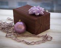 Caja de regalo colorida envuelta en la decoración del papel y de la Navidad Foto de archivo
