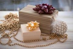 Caja de regalo colorida envuelta en la decoración del papel y de la Navidad Fotos de archivo libres de regalías
