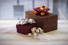 Caja de regalo colorida envuelta en la decoración del papel y de la Navidad Imagen de archivo libre de regalías