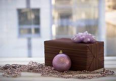 Caja de regalo colorida envuelta en la decoración del papel y de la Navidad Foto de archivo libre de regalías