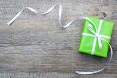 Caja de regalo con el arco Fotografía de archivo libre de regalías