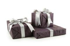 Caja de regalo con el arco de plata aislado en el fondo blanco Fotografía de archivo