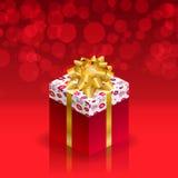 Caja de regalo con el arco del oro en fondo rojo Fotos de archivo