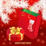 Caja de regalo con el arco del oro y la bolsa de papel Foto de archivo libre de regalías