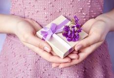 Caja de regalo con el arco púrpura de la cinta Imagen de archivo libre de regalías