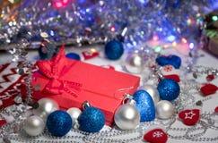 Caja de regalo con el arco rojo en fondo abstracto Fotos de archivo libres de regalías
