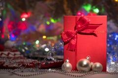 Caja de regalo con el arco rojo en fondo abstracto Imágenes de archivo libres de regalías