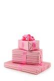 Caja de regalo con el arco rosado aislado en el fondo blanco Imagenes de archivo
