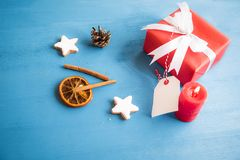 Caja de regalo con el arco y la etiqueta Foto de archivo
