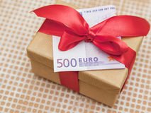 Caja de regalo con el billete de banco euro fotografía de archivo