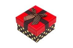 Caja de regalo con el casquillo rojo y la cinta, aislados en el fondo blanco Foto de archivo