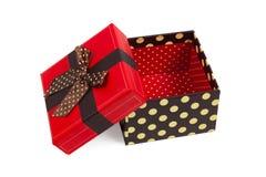 Caja de regalo con el casquillo rojo y la cinta, aislados en el fondo blanco Fotografía de archivo