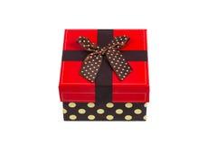 Caja de regalo con el casquillo rojo y la cinta, aislados en el fondo blanco Fotos de archivo libres de regalías