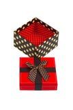 Caja de regalo con el casquillo rojo y la cinta, aislados en el fondo blanco Foto de archivo libre de regalías