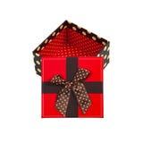 Caja de regalo con el casquillo rojo y la cinta, aislados en el fondo blanco Imagen de archivo libre de regalías