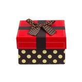 Caja de regalo con el casquillo rojo y la cinta, aislados en el fondo blanco Fotos de archivo