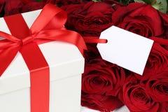 Caja de regalo con el copyspace para los regalos de cumpleaños, la tarjeta del día de San Valentín o el mothe Fotos de archivo libres de regalías