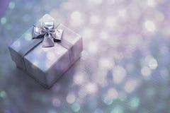 Caja de regalo con el fondo del bokeh primer Fotografía de archivo