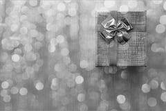 Caja de regalo con el fondo del bokeh primer Imágenes de archivo libres de regalías