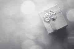 Caja de regalo con el fondo del bokeh primer Fotos de archivo