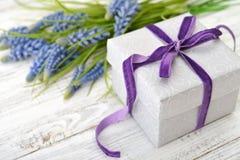 Caja de regalo con el jacinto Foto de archivo libre de regalías