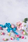 Caja de regalo con el lazo de satén y las flores Imagen de archivo