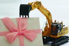 Caja de regalo con el modelo del excavador, Año Nuevo del concepto Fotos de archivo libres de regalías