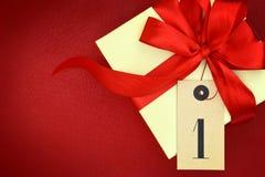 Caja de regalo con el número uno Imagen de archivo libre de regalías