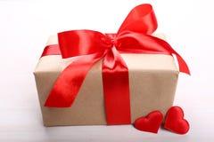 Caja de regalo con el primer rojo de los corazones Foto de archivo