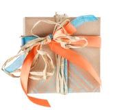 Caja de regalo con la cinta del satén y del heno Imágenes de archivo libres de regalías