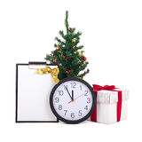 Caja de regalo con la cinta, el list d'envie, el árbol de navidad y el reloj rojos encendido Foto de archivo