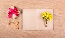 Caja de regalo con la cinta, las flores y el libro Páginas en blanco Concepto festivo Fotos de archivo libres de regalías