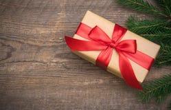 Caja de regalo con la cinta roja en fondo de madera fotos de archivo libres de regalías