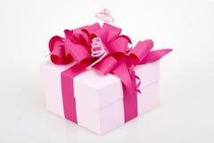 Caja de regalo con la cinta rosada Fotografía de archivo