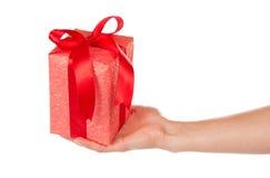 Caja de regalo con la cinta y el arco a disposición imágenes de archivo libres de regalías
