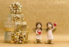 Caja de regalo con la cinta y pequeños ángeles Decoración de las tarjetas del día de San Valentín Imagenes de archivo