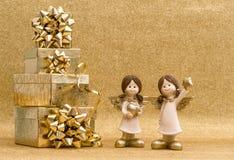 Caja de regalo con la cinta y pequeños ángeles Decoración de los días de fiesta Imágenes de archivo libres de regalías