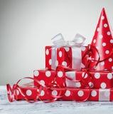 Caja de regalo con la cinta y la serpentina blancas del arco Fotos de archivo