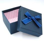 caja de regalo con la corbata de lazo en el fondo blanco imagen de archivo