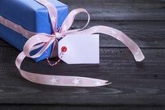 Caja de regalo con la etiqueta de la etiqueta Foto de archivo
