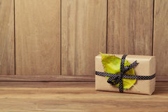 Caja de regalo con la hoja del otoño Día de Acción de Gracias Fotografía de archivo