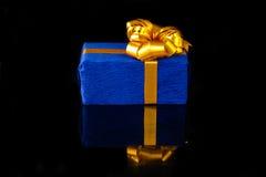 Caja de regalo con la reflexión Foto de archivo libre de regalías