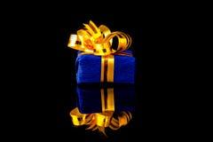 Caja de regalo con la reflexión Imagenes de archivo