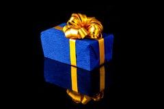 Caja de regalo con la reflexión Imagen de archivo libre de regalías