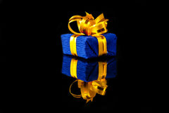 Caja de regalo con la reflexión Fotos de archivo libres de regalías