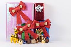 Caja de regalo con las bolas de la Navidad en la trayectoria de recortes blanca del fondo Imagenes de archivo