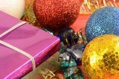 Caja de regalo con las bolas del Año Nuevo, decoración de la Navidad Imágenes de archivo libres de regalías