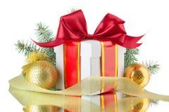 Caja de regalo con las bolas del arco y de la Navidad Foto de archivo