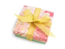 Caja de regalo con las impresiones florales festivas, arco de oro de la cinta Imagenes de archivo