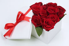 Caja de regalo con las rosas para los regalos, la tarjeta del día de San Valentín o la madre de cumpleaños Fotografía de archivo libre de regalías